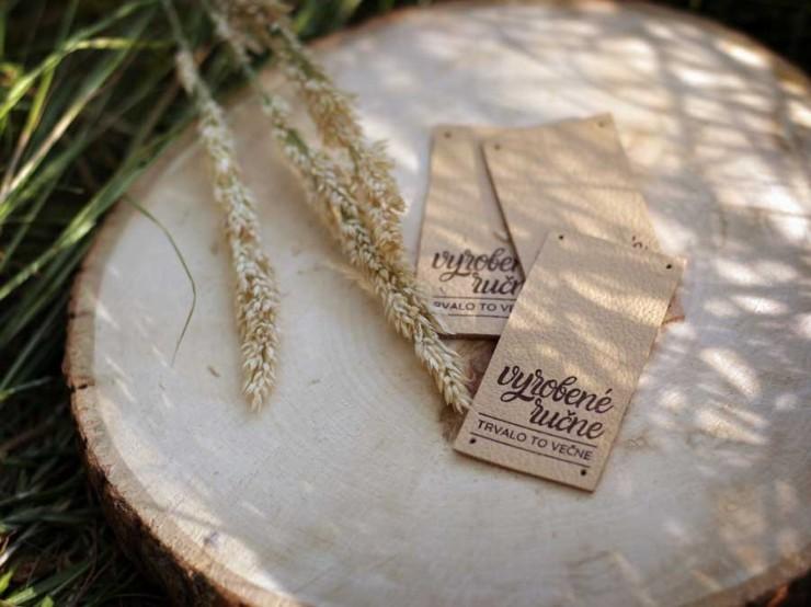 Kožený štítok | vyrobené ručne | nápis dole | piesková koža