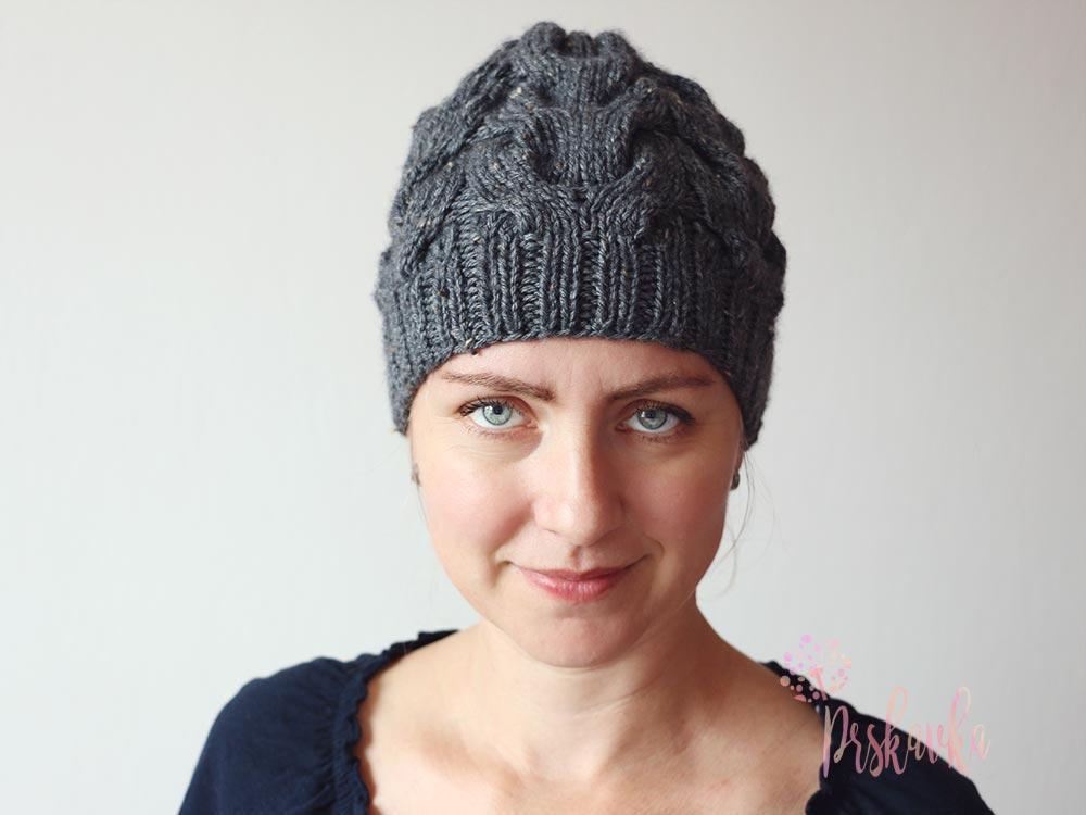 50bdb39be Pletená čiapka s osmičkovým vzorom podkova - Klbkošopa - blog