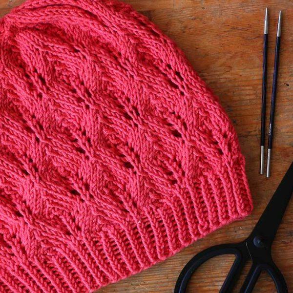 Pletená dámska čiapka s ažúrovým vzorom